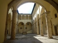 Cour_Chateau_Celano.jpg